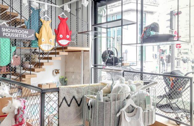 Photo de l'interieur et de la vitrine WOMB, conceptstore enfant, on voit des sac de couchage en forme de poissons, des peluches, du linge, des poussettes