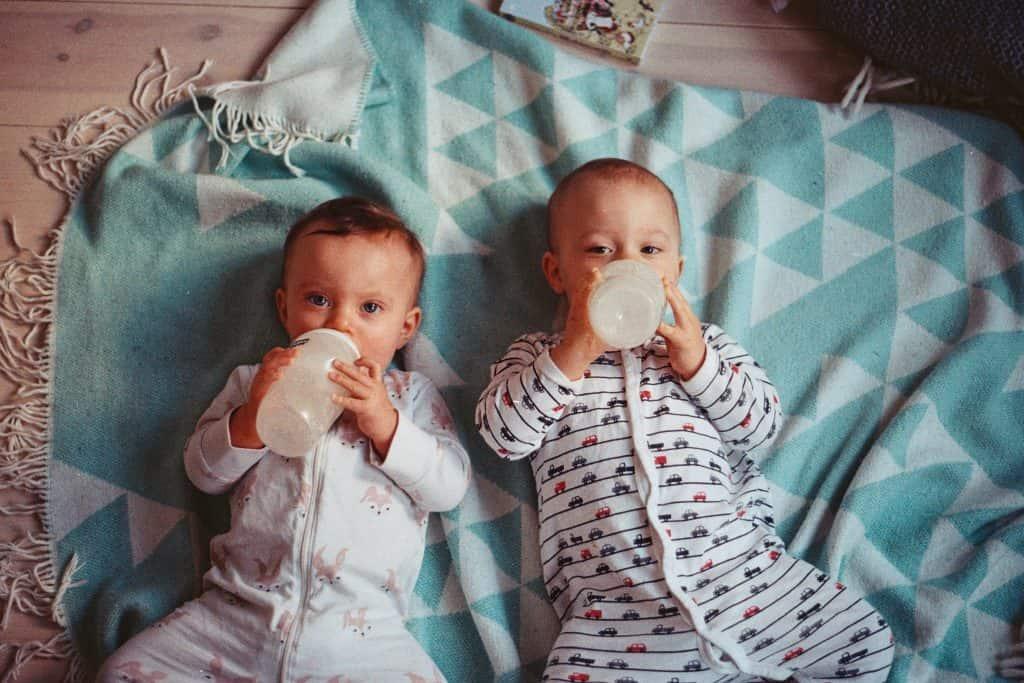 2 bébés buvant du lait