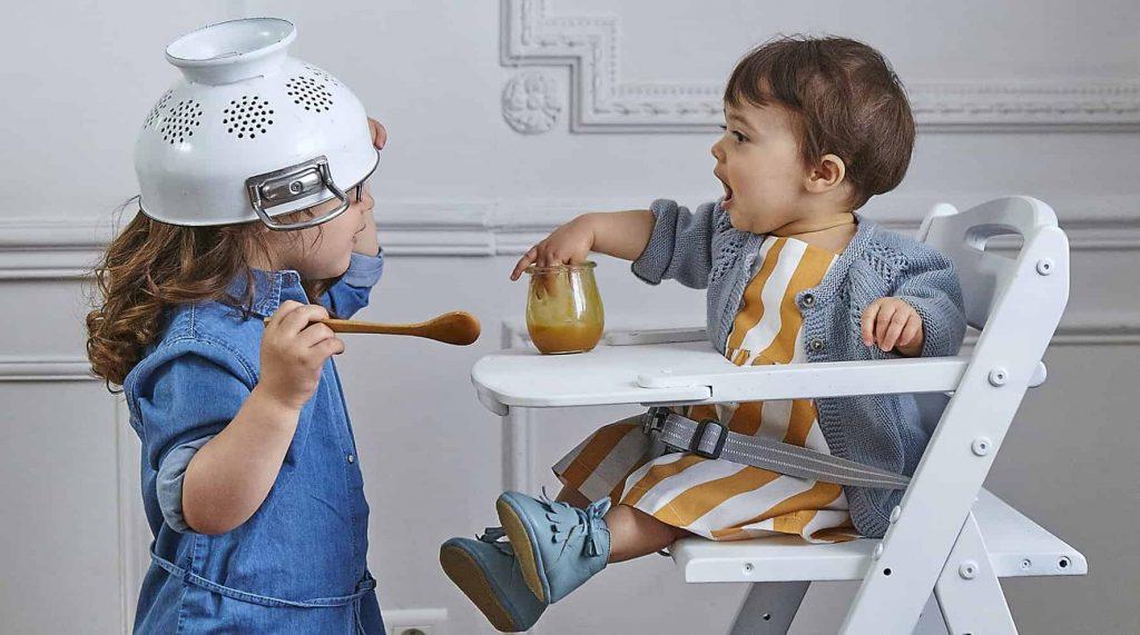 2 bébés qui jouent