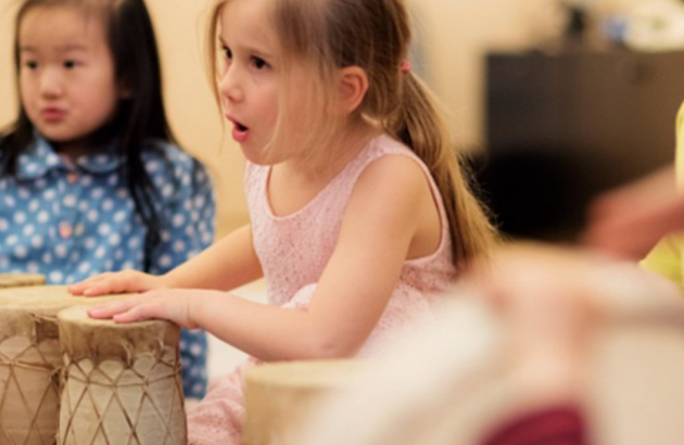 Enfants jouant de la musique