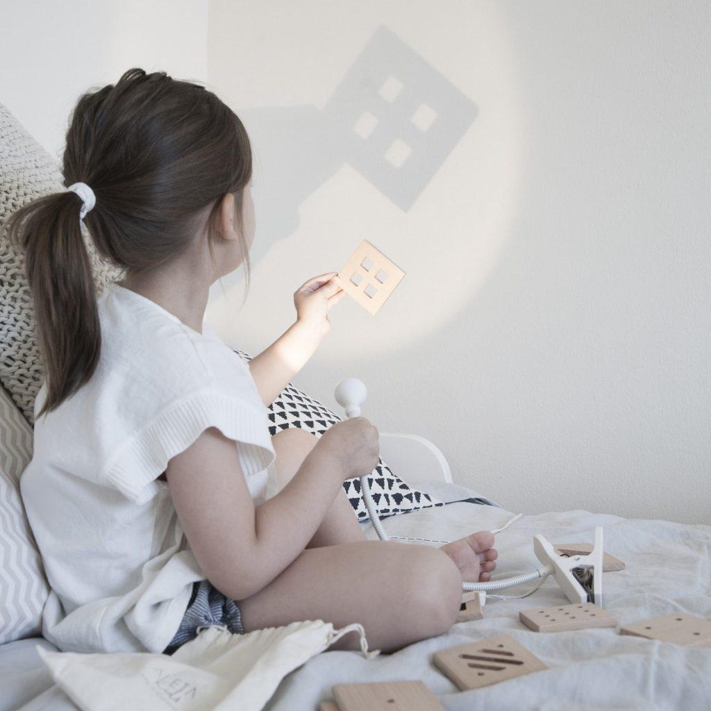 Enfant joue avec lumiére