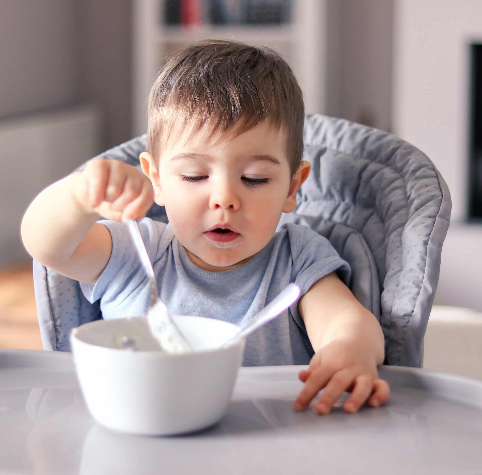 bébé mange petit pot