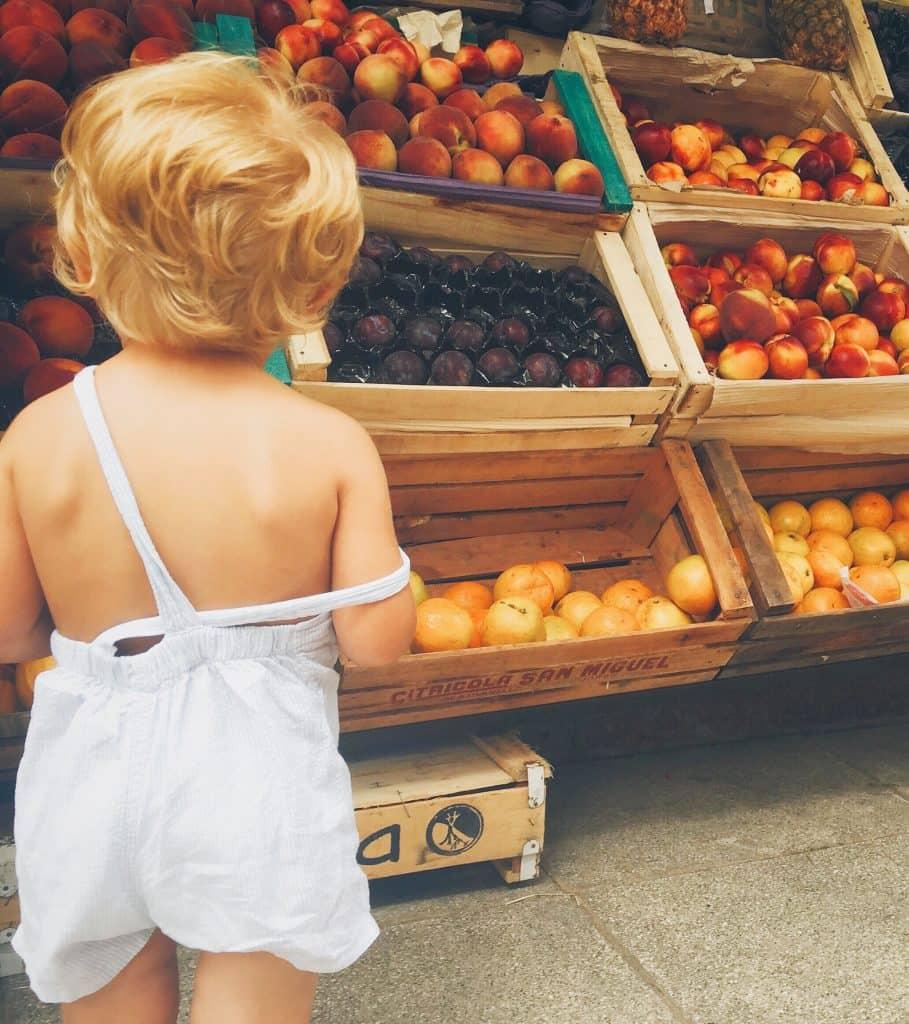 bébé regarde fruits