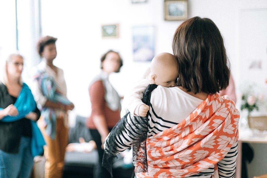 Porter bébé avec echarpe