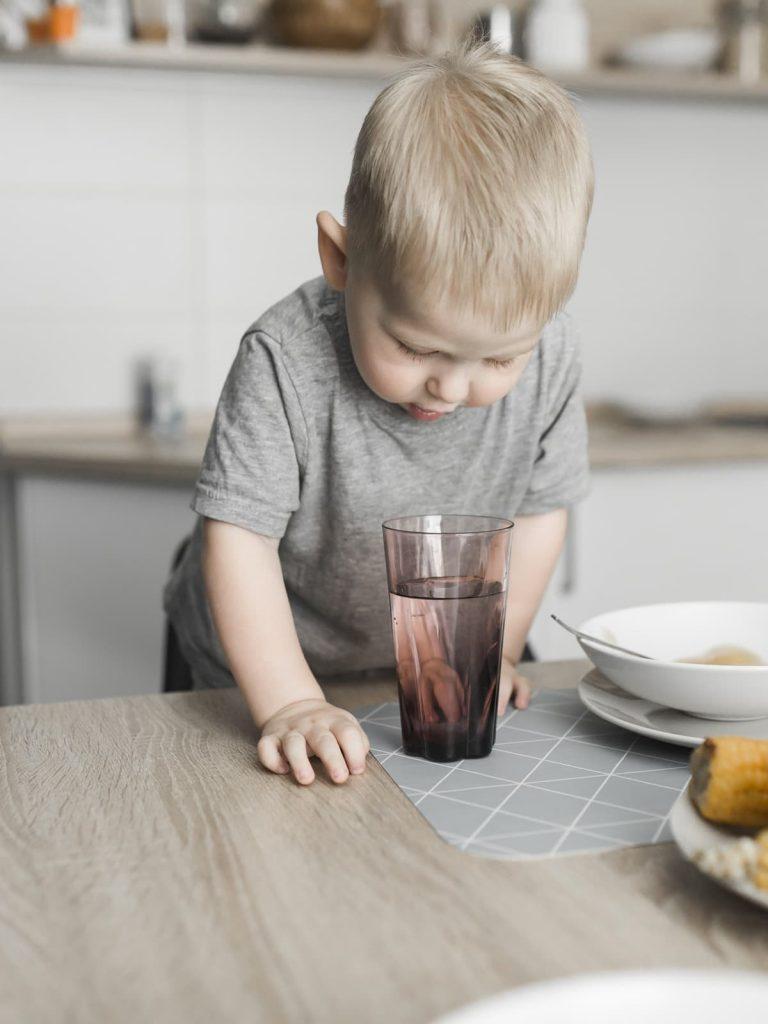 bébé regarde verre d'eau