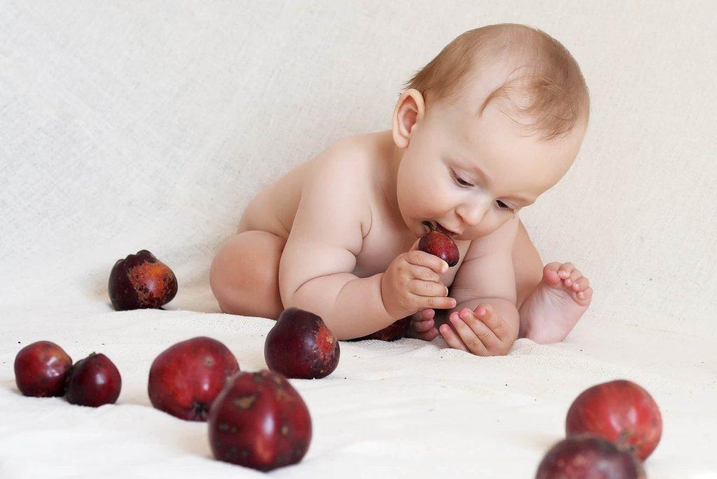 bébé mange pomme