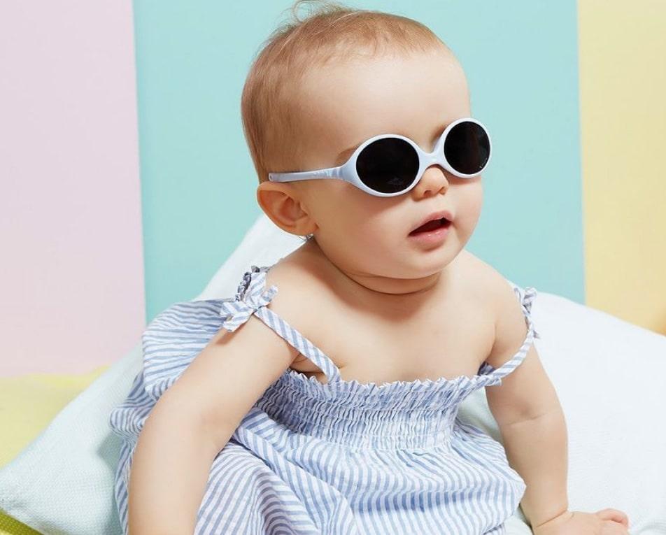 bébé avec lunette de soleil