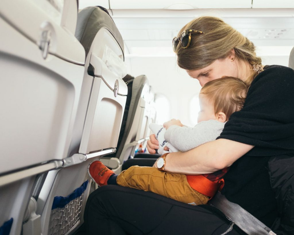 maman avec bébé dans l'avion