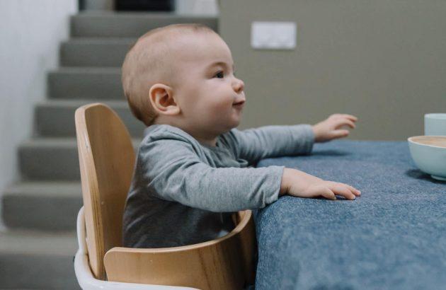 bébé sur la table