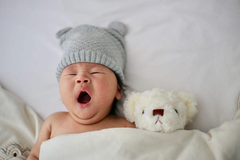 bébé qui baille