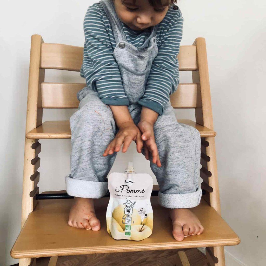 Bébé joue avec Popote