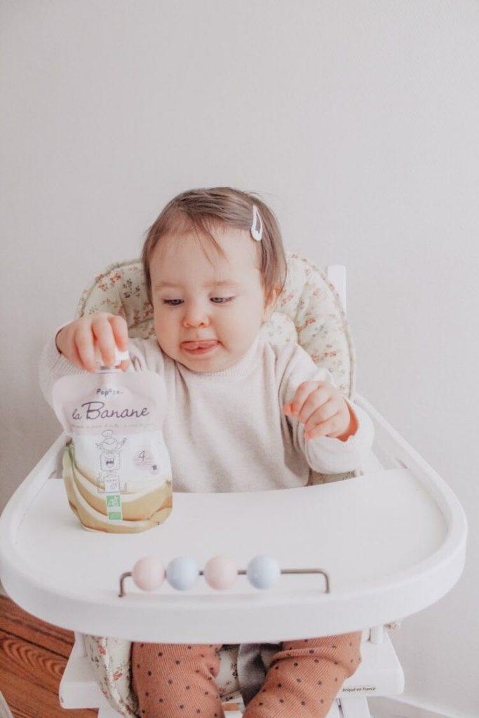 bébé qui joue avec Popote