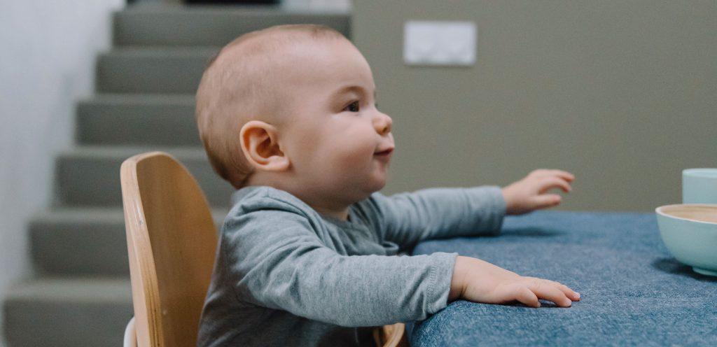 Bébé sur une chaise haute