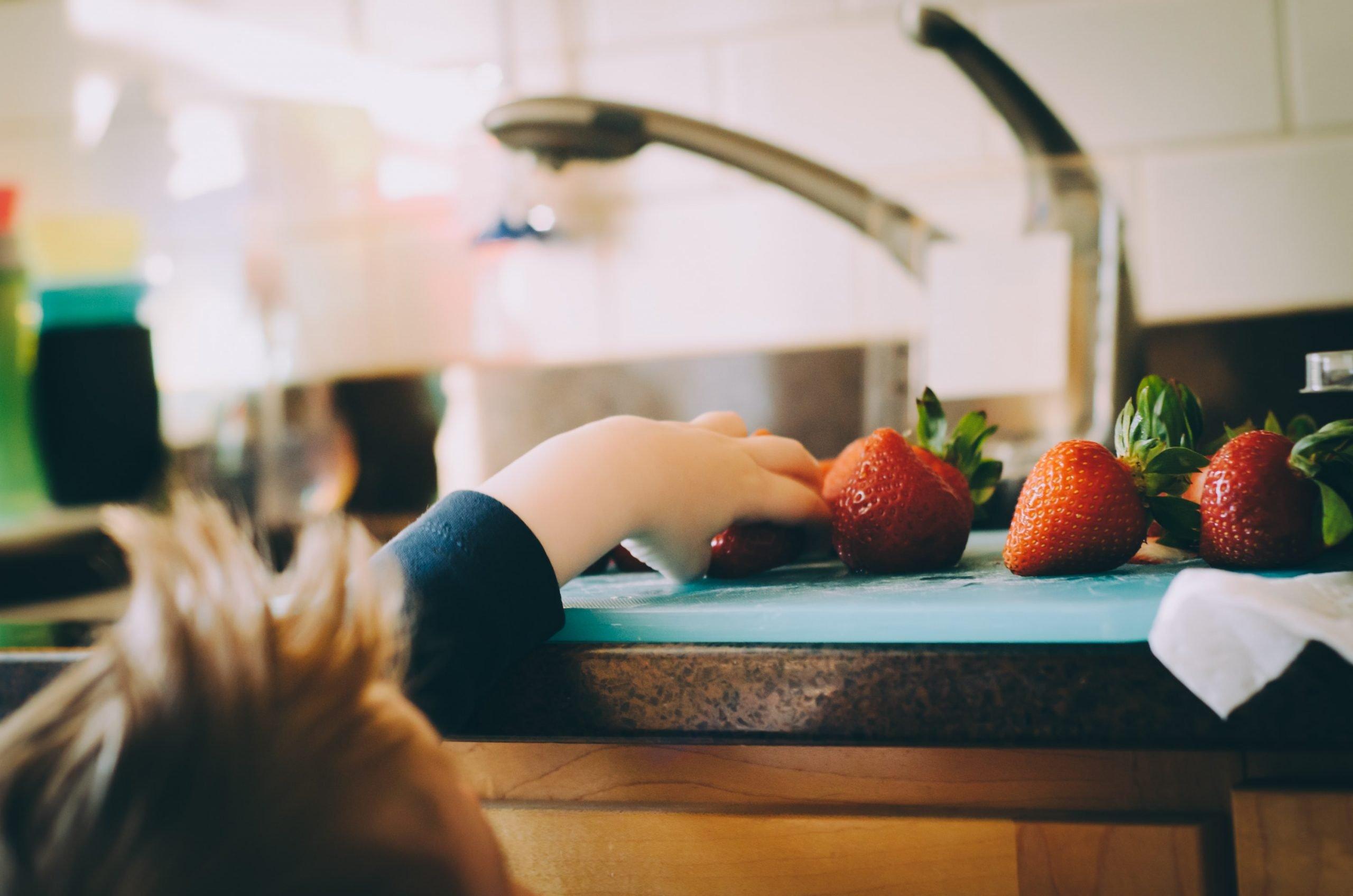 enfant_attrape_fraises_cuisine