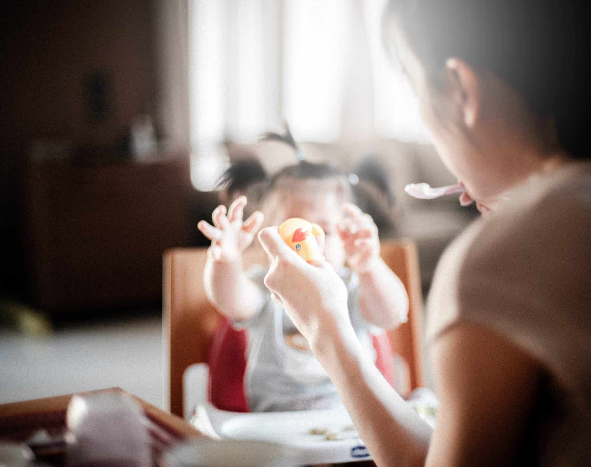 bebe qui joue avec maman Popote