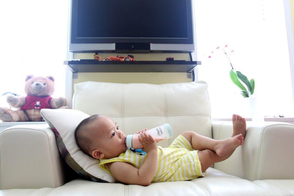 bébé avec biberon