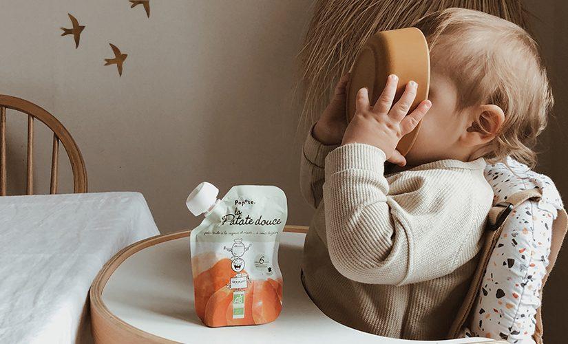 Bébé qui mange une purée patate douce Popote